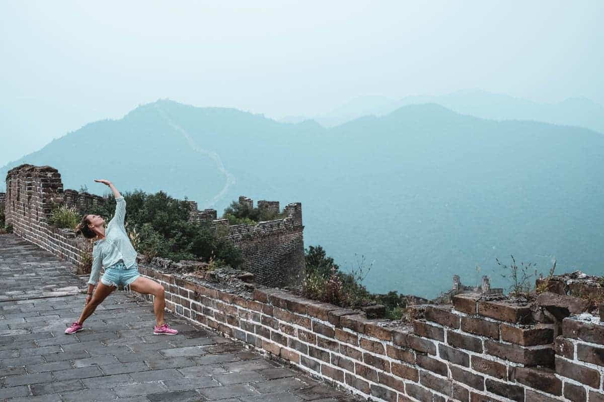Yoga & Juliet, Yoga Chinese wall